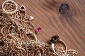 bijoux sur bois