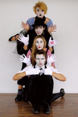Photo pour Quatre acteurs de mime en action - image libre de droit