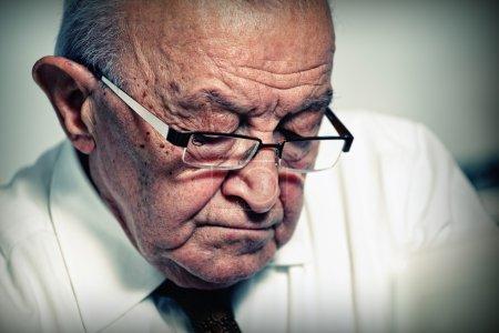 Photo pour Gros plan image de caucasien senior avec des lunettes - image libre de droit