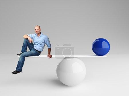 Photo pour Homme souriant sur solde 3d avec boule bleue - image libre de droit