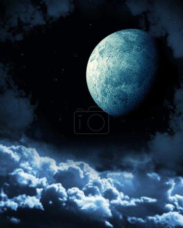 Photo pour Conte de fées nocturne - lune brillante dans le ciel nocturne - image libre de droit
