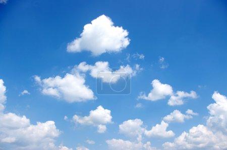 Photo pour Fond bleu ciel avec des nuages blancs - image libre de droit
