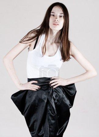 Photo pour Beauté femme mince dans les vêtements de mode - image libre de droit