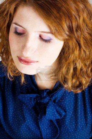 Photo pour Portrait de beauté jeune rousse femme - image libre de droit