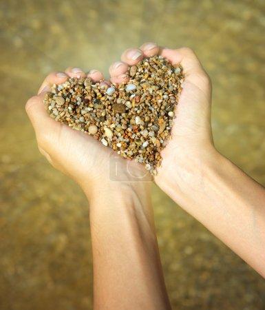 Photo pour Symbole du coeur dans une main féminine. conception. - image libre de droit