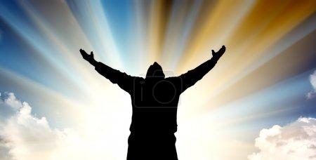 Photo pour Silhouette de l'homme et du soleil sur fond de ciel . - image libre de droit