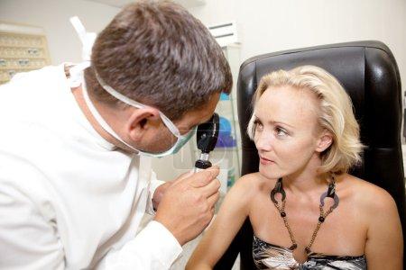 Photo pour Docteur, examinant un patient dans une clinique d'ophtalmologie - image libre de droit