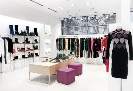Photo pour Intérieur des magasins. Point de vente de vêtements femmes - image libre de droit