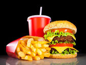 """Постер, картина, фотообои """"вкусный гамбургер и картофель-фри на темноте"""""""