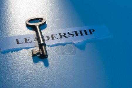 """Photo pour Une clé posée sur un morceau de papier avec le mot """"leadership"""" dessus . - image libre de droit"""