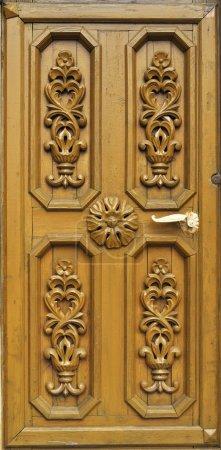 Photo pour Porte en bois de maison de campagne avec l'ornement sculpté, Russie - image libre de droit
