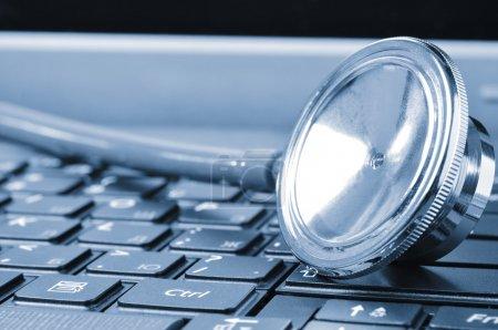 Photo pour Closeup si un stéthoscope sur un clavier d'ordinateur - image libre de droit