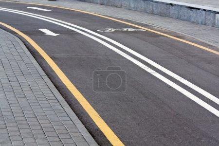 Photo pour Marquage routier - ligne cyclable divisée - image libre de droit