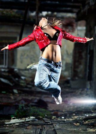 Photo pour Jeune femme danse sur fond industriel. - image libre de droit
