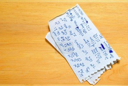 Photo pour Ispisannyy, feuille de papier miteuse à bord . - image libre de droit