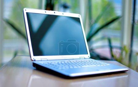 Photo pour Ordinateur portable mince sur le bureau - image libre de droit