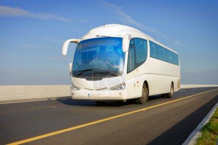 Photo pour Blanc bus touristique sur la route et bleu ciel - image libre de droit
