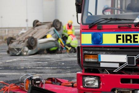 Photo pour Camion de service d'incendie et de secours des unités d'urgence à l'accident de voiture - image libre de droit