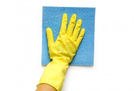 Photo pour Main en gant jaune avec éponge isolée sur fond blanc - image libre de droit