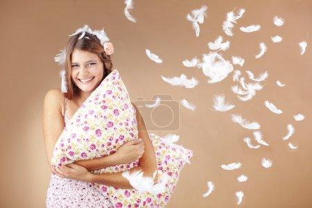 Photo pour Belle adolescente tenant un studio oreiller tourné - image libre de droit