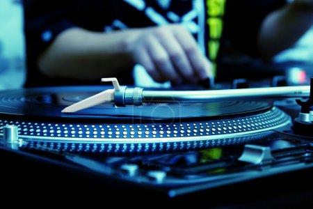 Photo pour Se concentrer sur la platine vinyle professionnelle avec réglage du volume sur le contrôleur dj - image libre de droit