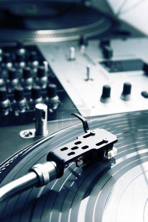Photo pour Fermer le coup de l'équipement de vinyle haut de gamme pour un dj scratch hip hop - image libre de droit