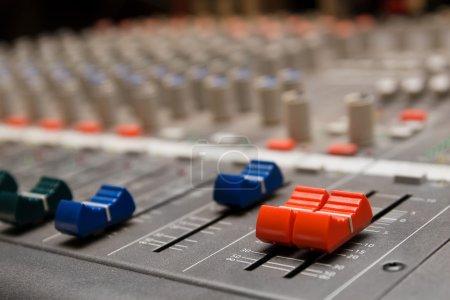 Photo pour Fermer le coup de l'équipement d'enregistrement audio professionnel pour de multiples usages - image libre de droit