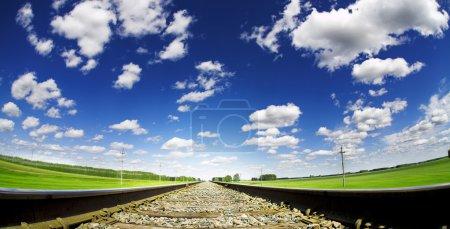 Photo pour Summe paysage avec chemin de fer et ciel nuageux - image libre de droit