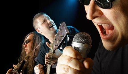 Photo pour Trois musiciens chantent une chanson bouchent - image libre de droit