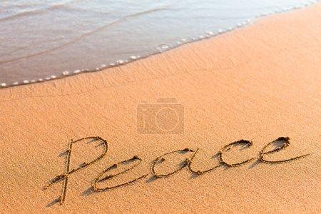 Photo pour Mot Paix sur le sable près de la mer vague - image libre de droit