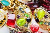 bijoux disposé à l'arrière-plan