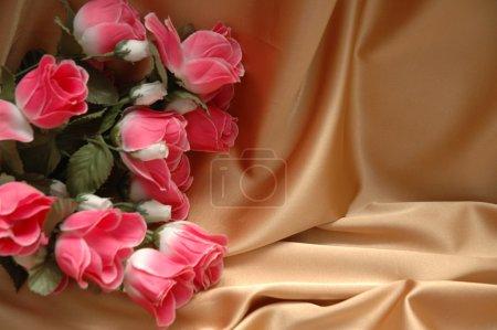 Photo pour Roses rouges sur fond de tissu - espace pour votre texte - image libre de droit