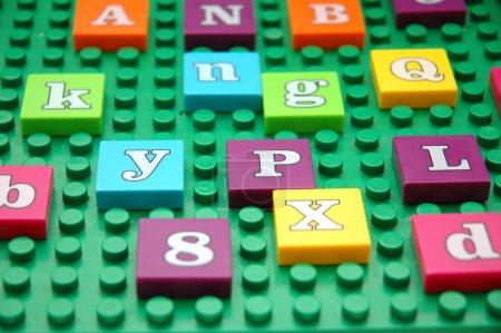 Foto de Tablero de juego con varias letras - Imagen libre de derechos