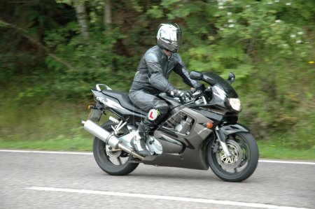 Photo pour Homme sur le cycle sur la route - image libre de droit