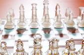 Sada šachové figurky na šachovnici