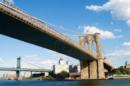 Photo pour Pont de Brooklyn à new york sur journée d'été lumineuse - image libre de droit