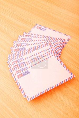 Photo pour Concept de courrier avec de nombreuses enveloppes sur la table - image libre de droit