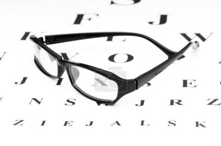 Photo pour Lunettes de lecture optiques sur la table de vision - image libre de droit