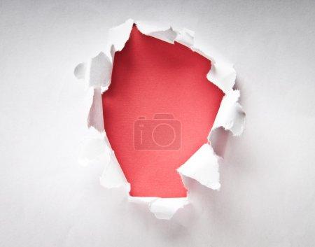 Photo pour Trou dans le papier avec côtés déchirés - image libre de droit