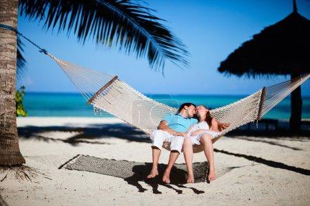 Photo pour Jeune couple romantique détente dans le hamac sur la plage tropicale - image libre de droit