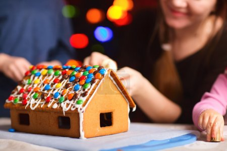 Photo pour Gros plan de la maison de pain d'épice décorée avec des bonbons colorés - image libre de droit