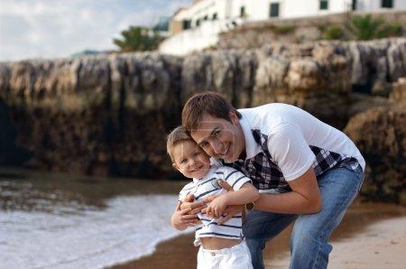 Photo pour Heureux père et fils avoir amusant à l'extérieur - image libre de droit