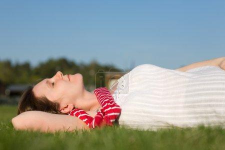 Photo pour Belle jeune femme se détendre en plein air à la journée ensoleillée d'été - image libre de droit