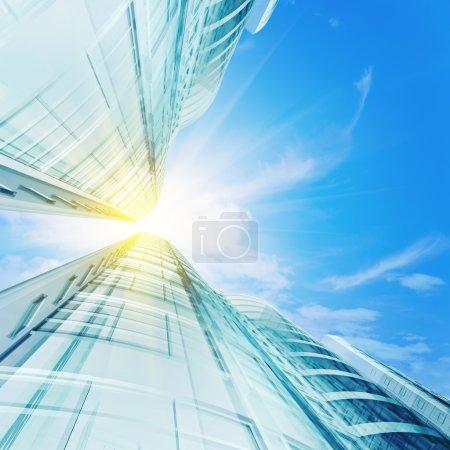 Photo pour De hauts gratte-ciel sous le ciel. 3d rendu - image libre de droit