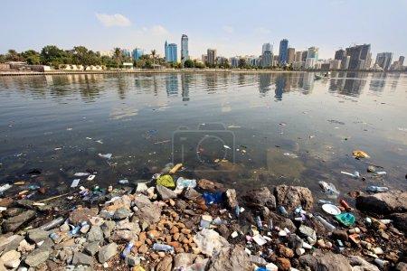 Photo pour Pollution de l'environnement. ruisseau de Sharjah. Émirats Arabes Unis. - image libre de droit