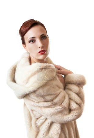 Photo pour Belle fille dans le manteau de fourrure naturelle. - image libre de droit