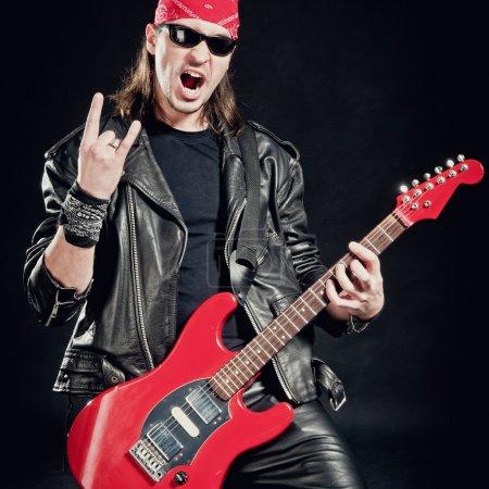 Photo pour Musique rock-star défileront sur guitare électrique rouge - image libre de droit