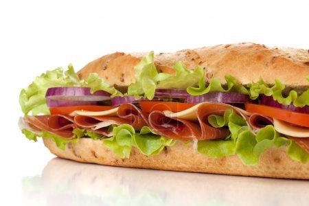 Photo pour Sandwich long avec jambon, fromage, tomates, oignons rouges et laitue. Closeup, isolé sur blanc. sous un autre angle disponible - image libre de droit