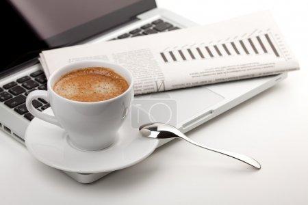 Photo pour Tasse à cappuccino avec ordinateur portable et Journal - image libre de droit