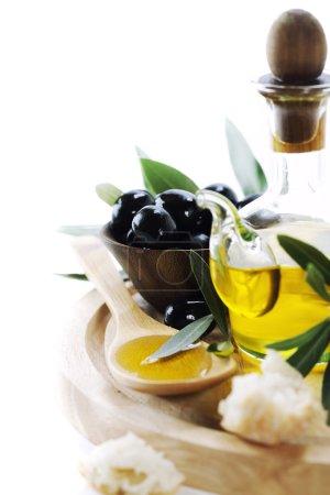 Photo pour Une bouteille d'huile d'olive et d'olives sur blanc - image libre de droit